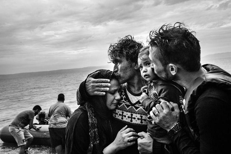Familia de refugiados rompe a llorar tras alcanzar las costas de Skala Lesbos