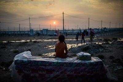 Una refugiada iraquí descansa en el campamento de refugiados de Dibaga, después de haber huido del ataque del Estado Islámico a su ciudad