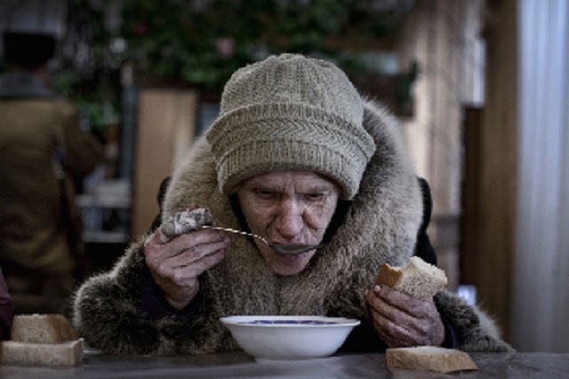 Anciana tomando sopa