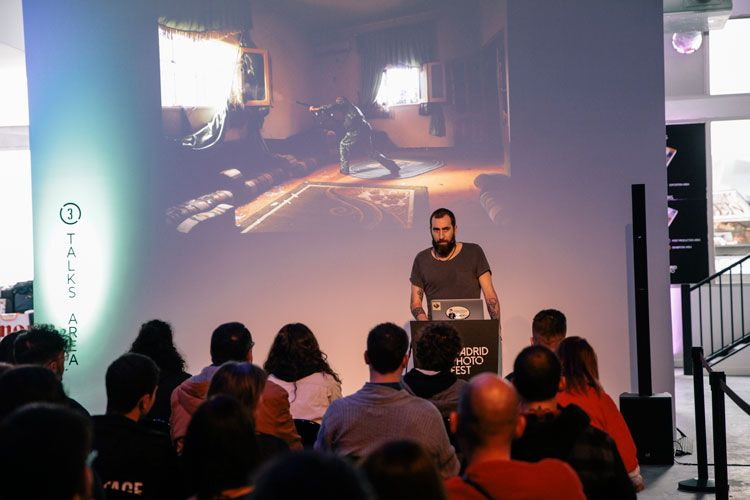 Manu Brabo dando una conferencia en Madrid Photo Fest