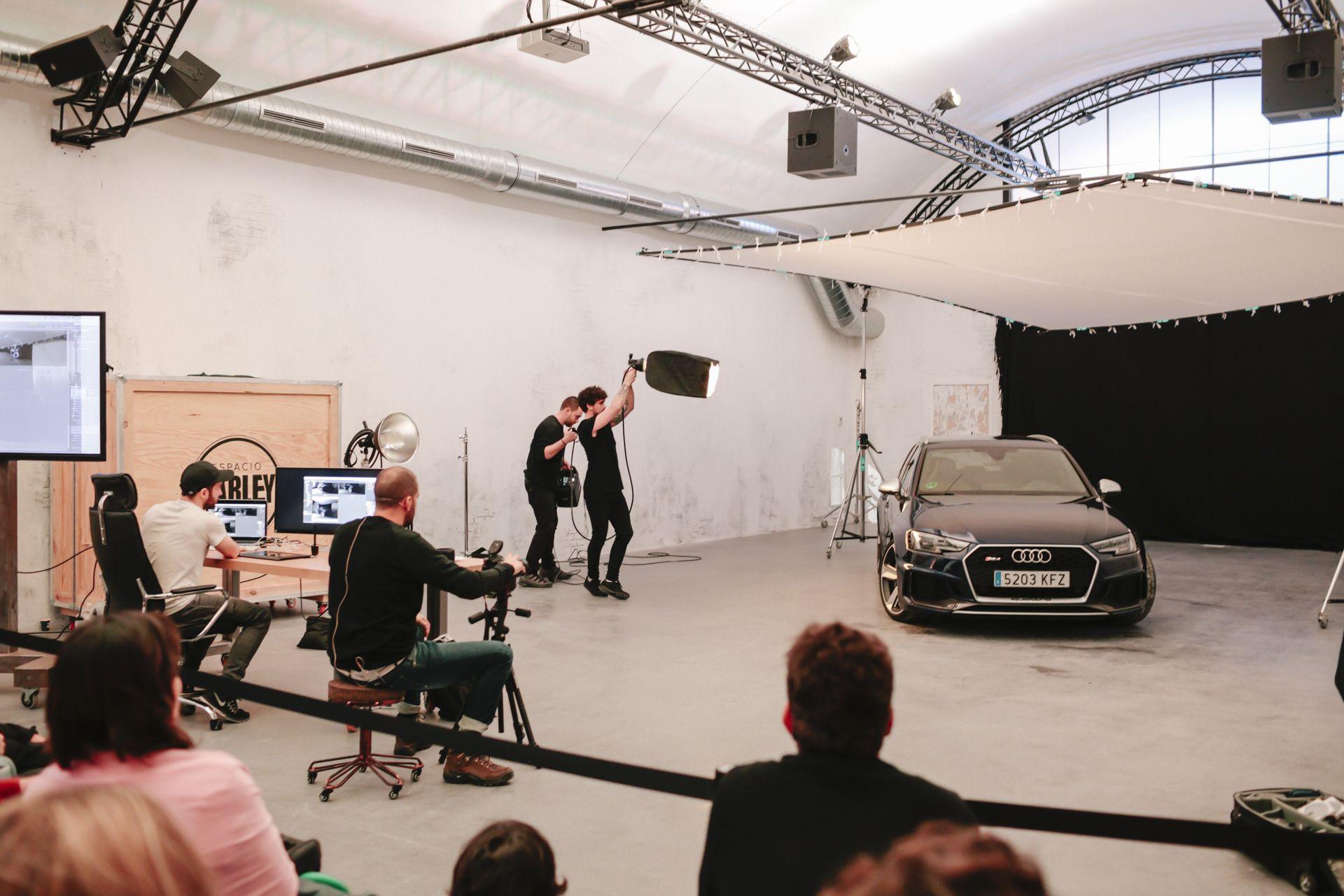 Mikel Prieto fotografiando un Audi