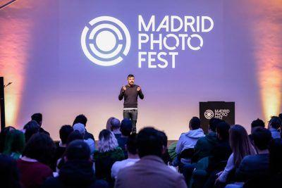 Miguel Reveriego dando una conferencia en Madrid Photo Fest