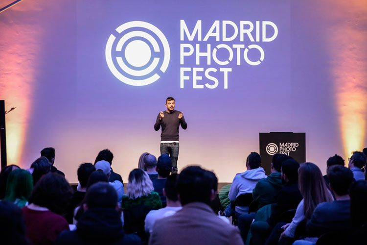 Miguel Reveriego dando una conferencia en Madrid Photo Fest
