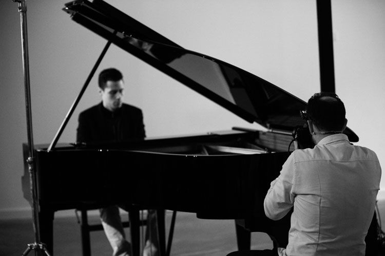 Thomas Canet tomando fotos de un pianista