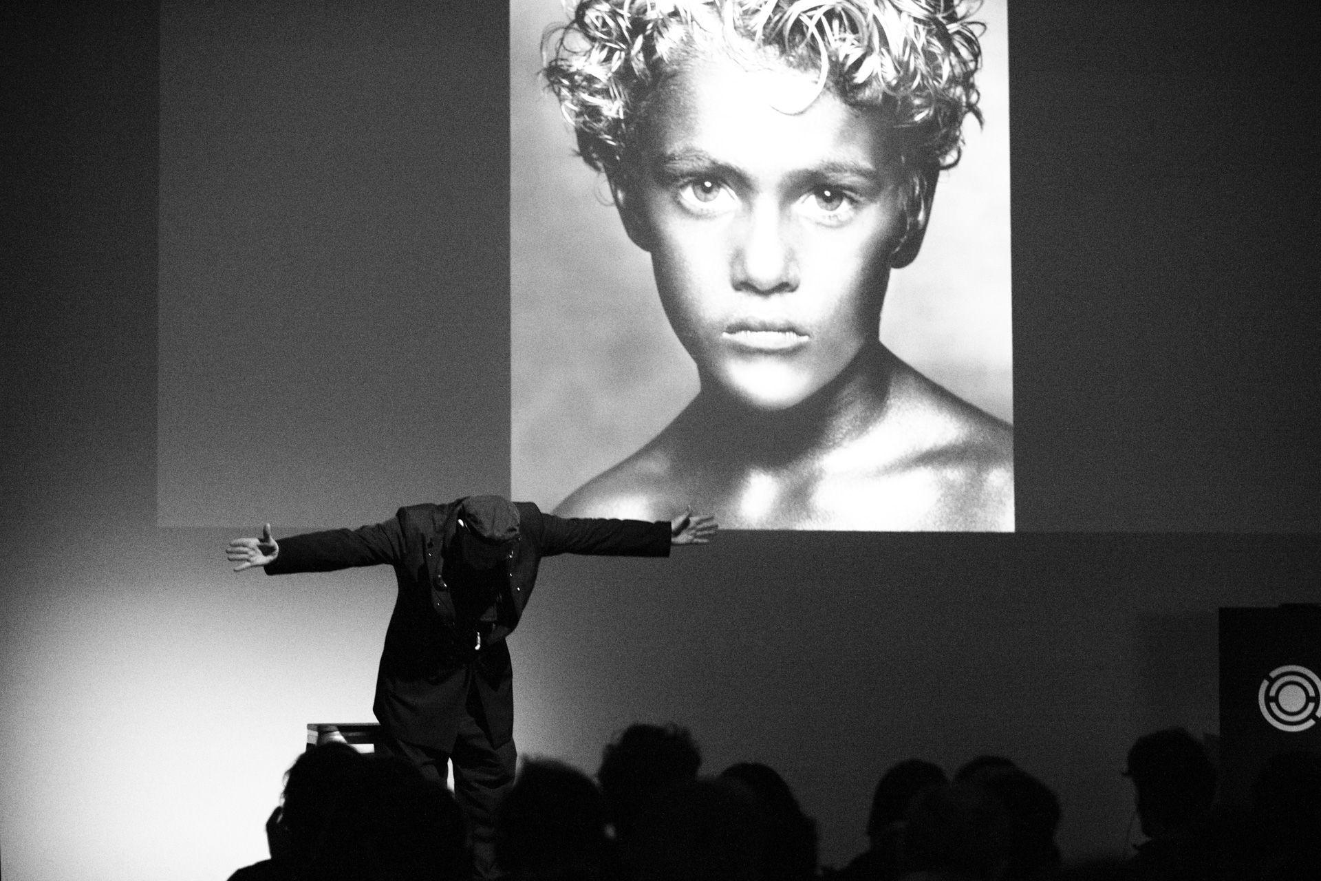 Albert Watson con una de sus fotografía de fondo